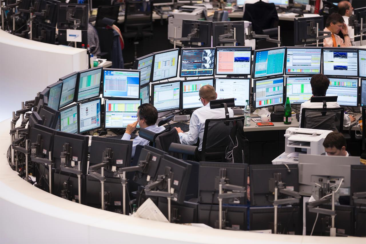 Trading pit with screens (landscape)